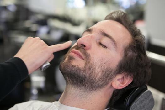 barbe dans le cou