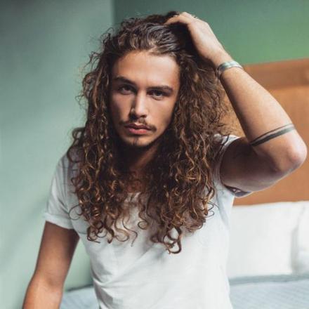 cheveux long frisé