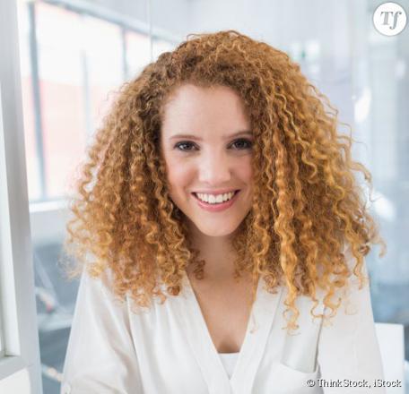 des cheveux bouclés naturellement