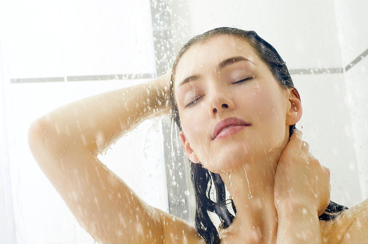 femme dans douche