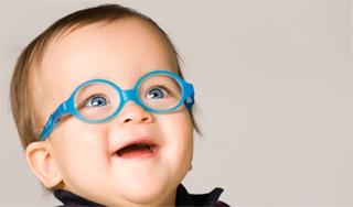 bébé avec lunettes